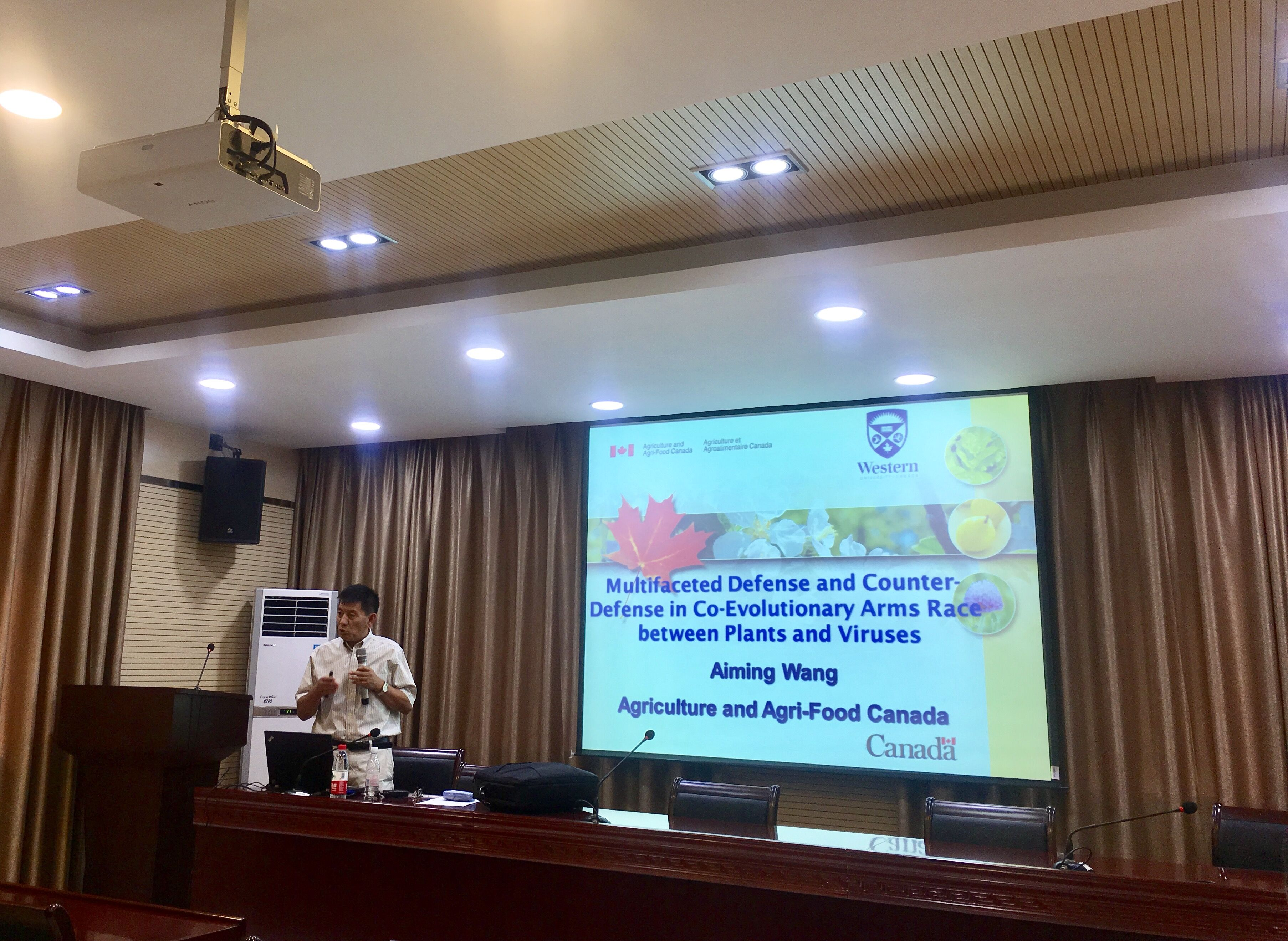 <p>Prof. Wang Aiming of Agriculture and Agri-Food Canada visited JAAS</p>
